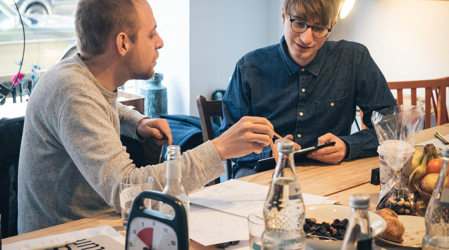 Zwei Sprint-Teilnehmer beim Brainstormen